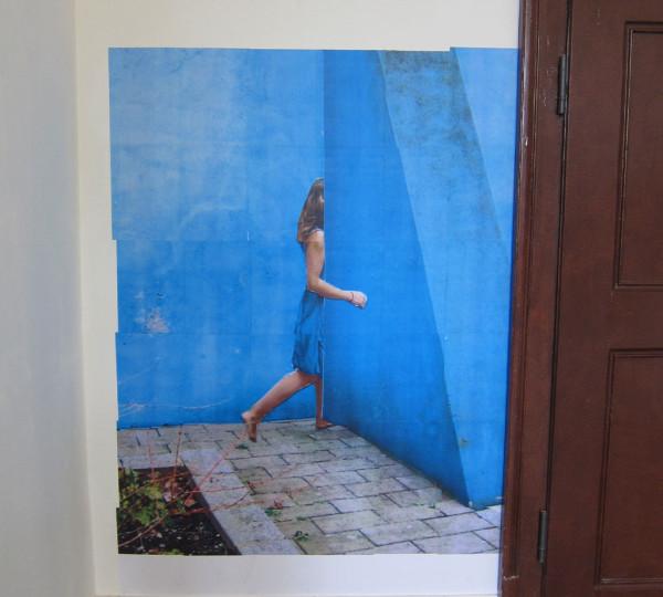 Blaue-Frau-und-Wand-nah
