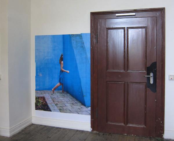 Blaue-Frau-und-Wand-weit